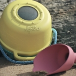 Le kit de plage : le jouet parfait pour l'été avec une pelle/arrosoir, un sceau et un aquascope
